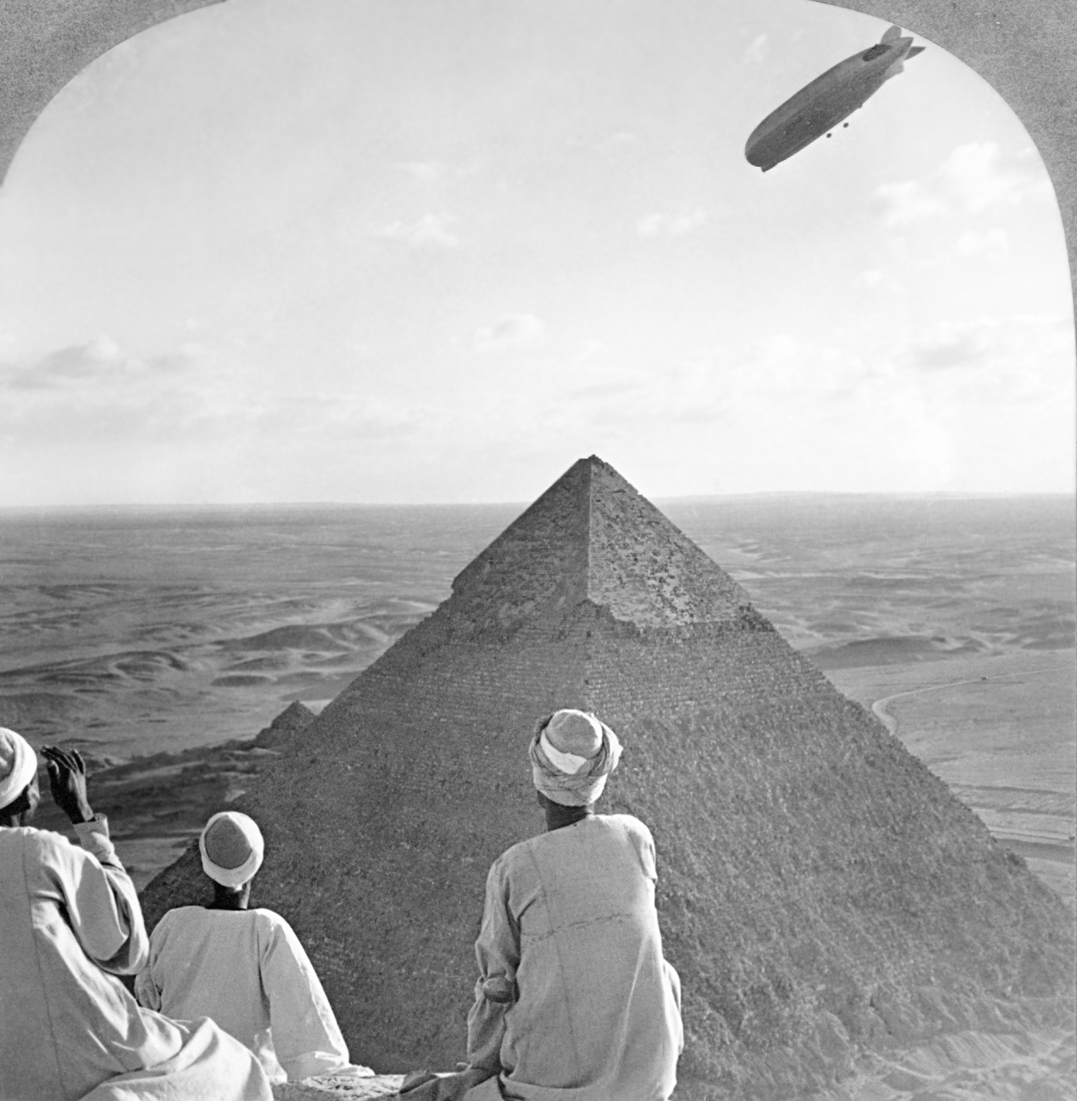 Graf_Zeppelin_over_Pyramid2